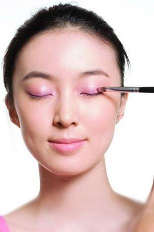 Hướng dẫn cách trang điểm cô dâu màu mắt hồng đơn giản, đẹp tự nhiên và quyến rũ